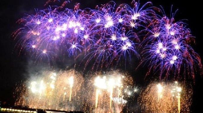 ★第28回神奈川新聞花火大会★~関東の人気花火大会ランキング:第1位!関東最大級の直径480mに及ぶ2尺玉と、音楽に合わせて打ち上げられる花火・多彩な花火が横浜の夜景に華を添える~